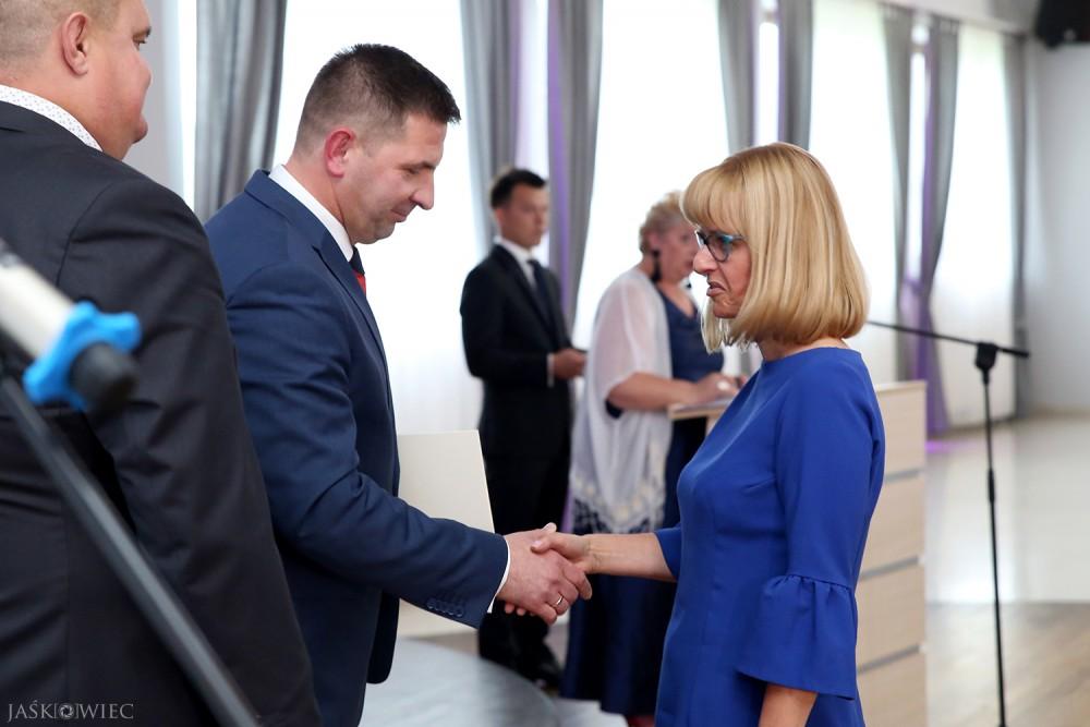 Burmistrz Maciej Ostrowski wręcza nagrodę w dziedzinie kultury Joannie Kazaneckiej. Fot. Kacper Jaśkowiec.